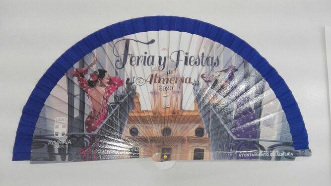 El abanico lleva la imagen impresa del cartel de Feria