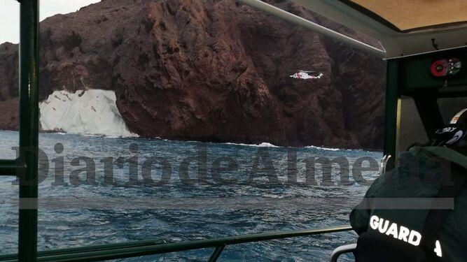 Un guardia civil se juega la vida echándose al mar para auxiliar a los atrapados en Vela Blanca