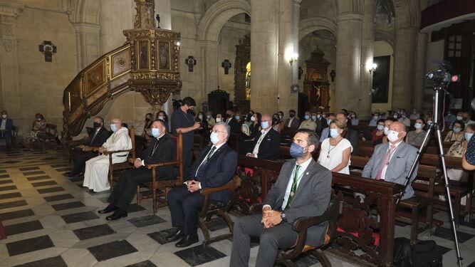 Los fieles acudieron al pregón por la Virgen del Mar.