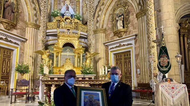 La hermandad regaló un cuadro a la asociación por participar en este V centenario.