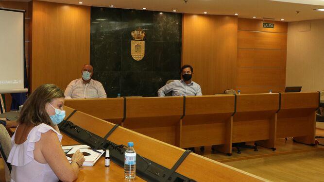 La edil Luisa Barranco, en una reunión con el alcalde, Francisco Góngora.